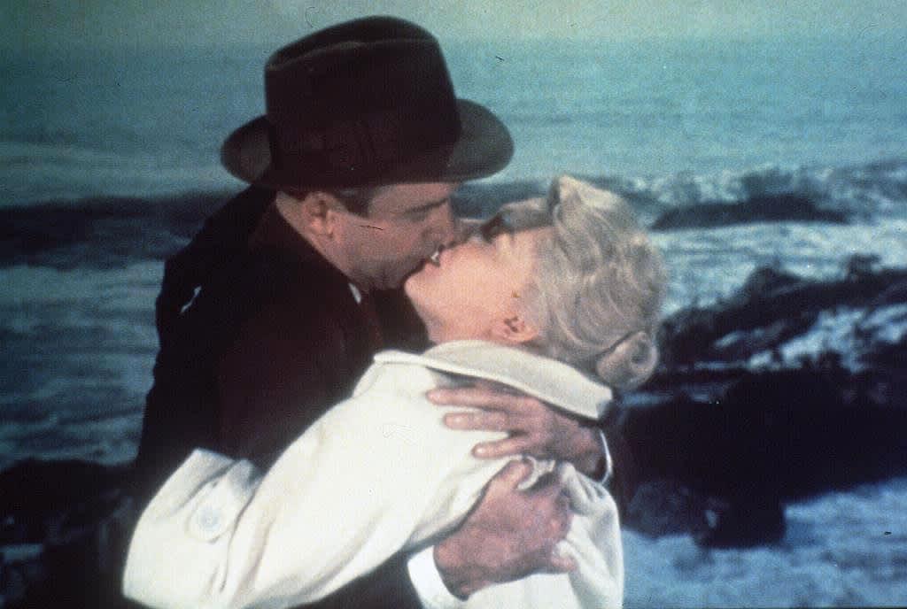 Vertigo-elokuvan kohtaus, jossa Stewart ja Novak suutelevat rannalla.