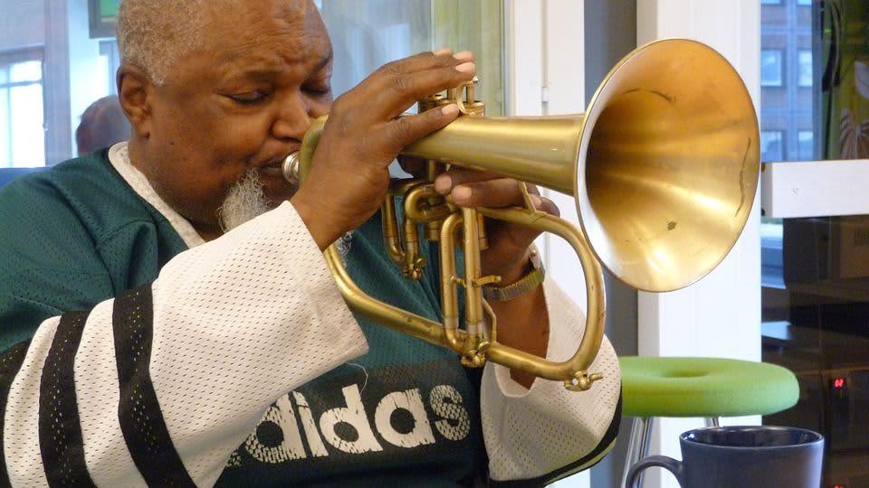 Trumpetisti Ted Curson soittaa.