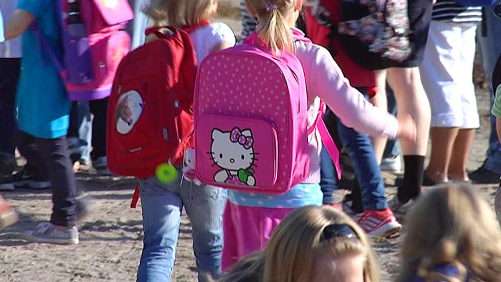 Lapsia koulupihalla.