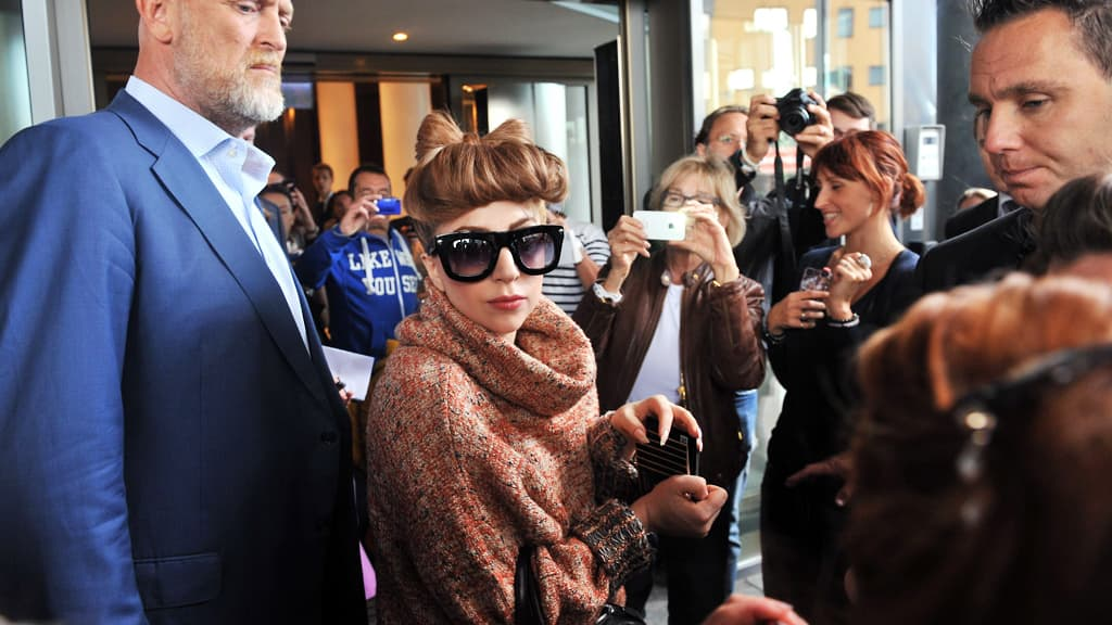 Lady Gaga fanien ympäröimänä.