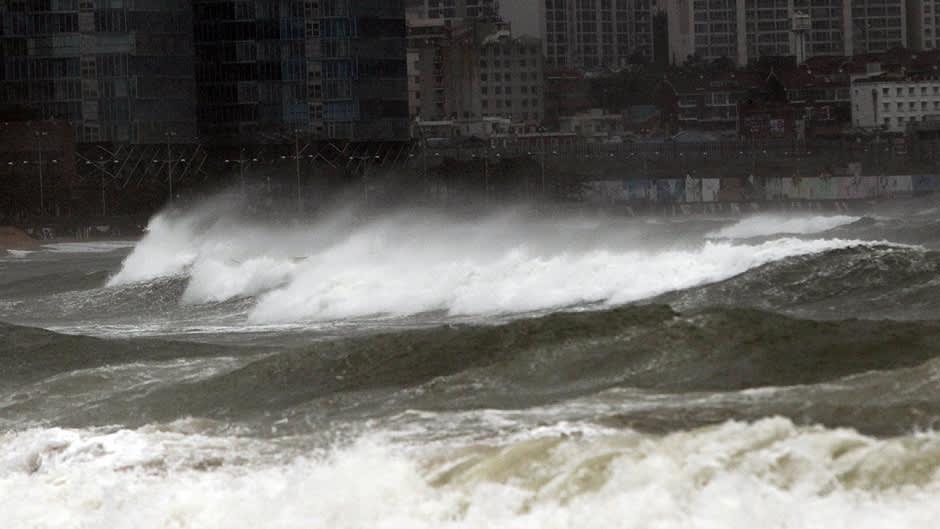 Sanba-taifuunin nostattamia aaltoja Busanin kaupungin satamassa.