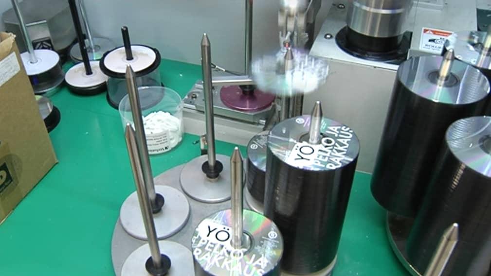 Yön cd-levyjä tehtaalla.