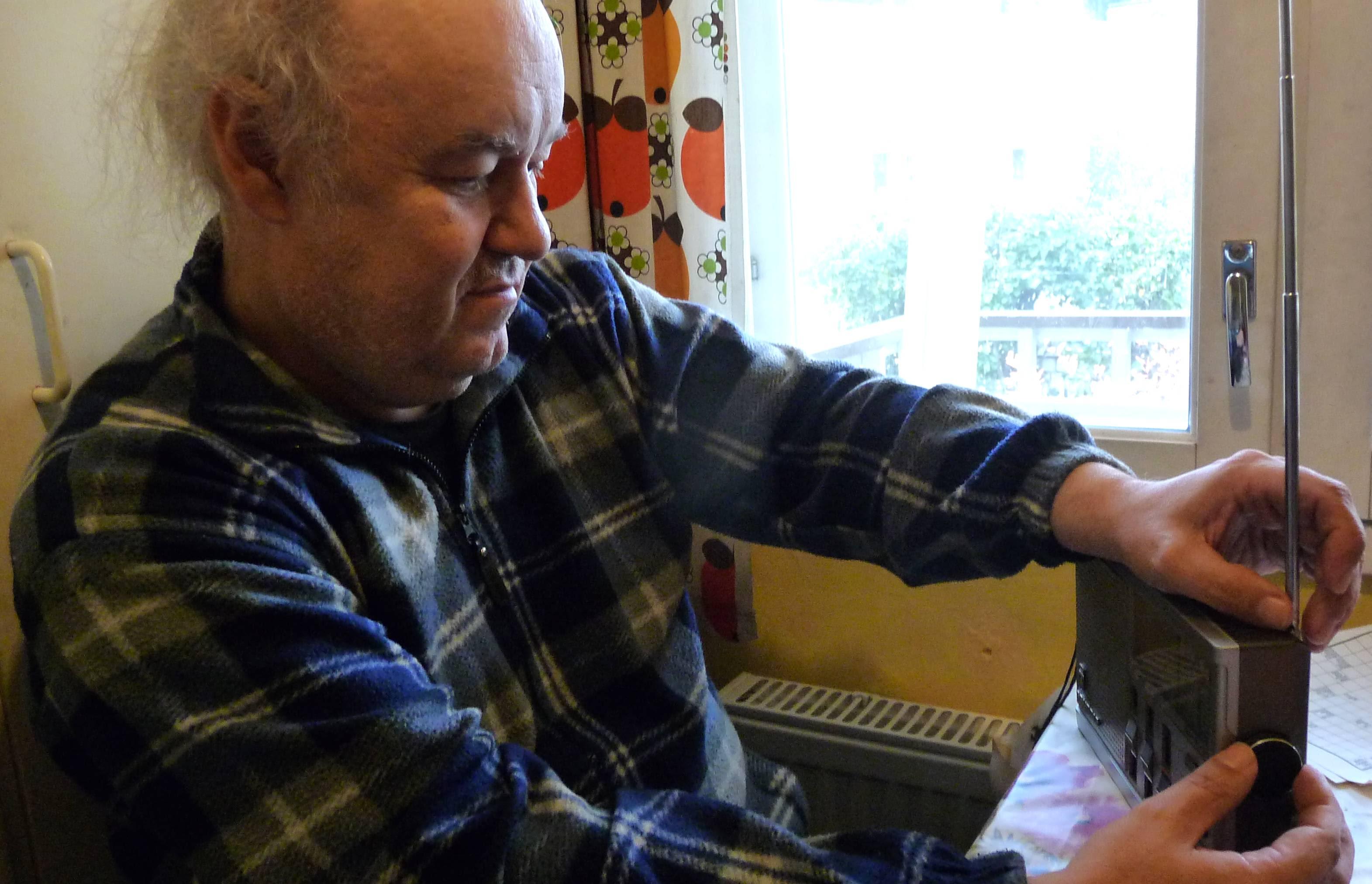 Oululainen Jorma Nevala virittää radiotaan lyhyille taajuuksille