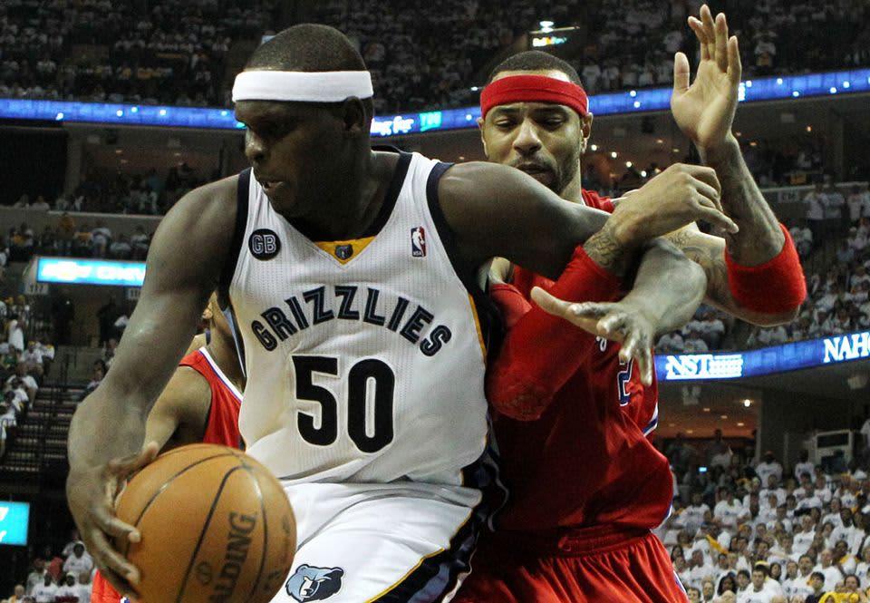 Memphis Grizzliesin Zach Randolph taistelee Los Angeles Clippersin Kenyon Martinia vastaan