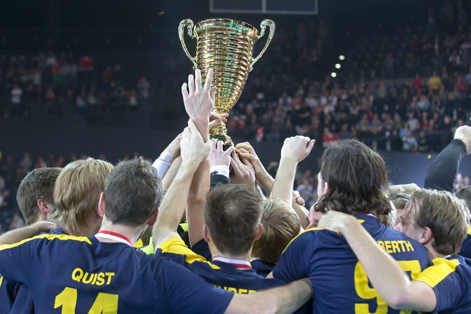 Ruotsin salibandymiehet juhlivat kultaa Zürichissä.