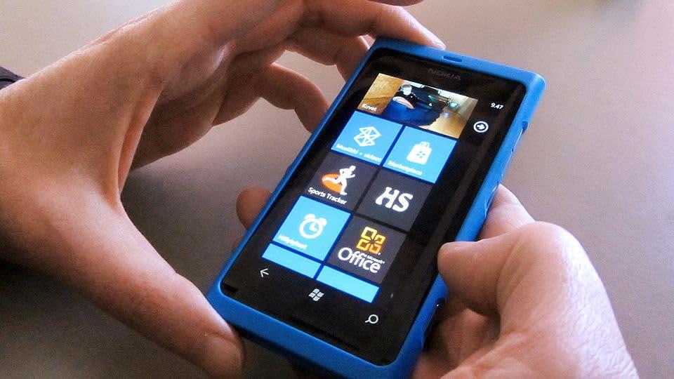 Henkilö pitelee Lumia 800 -puhelinta.