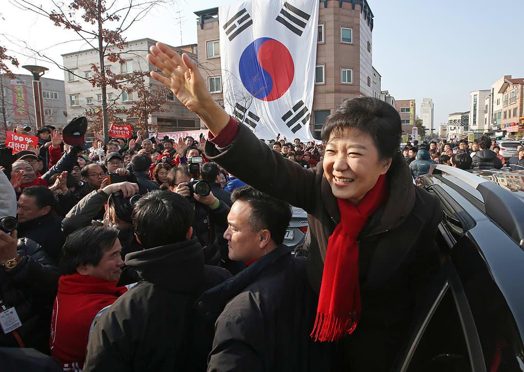 Park Geun-hye tervehtii kannattajiaan kampanjatapahtumassa.