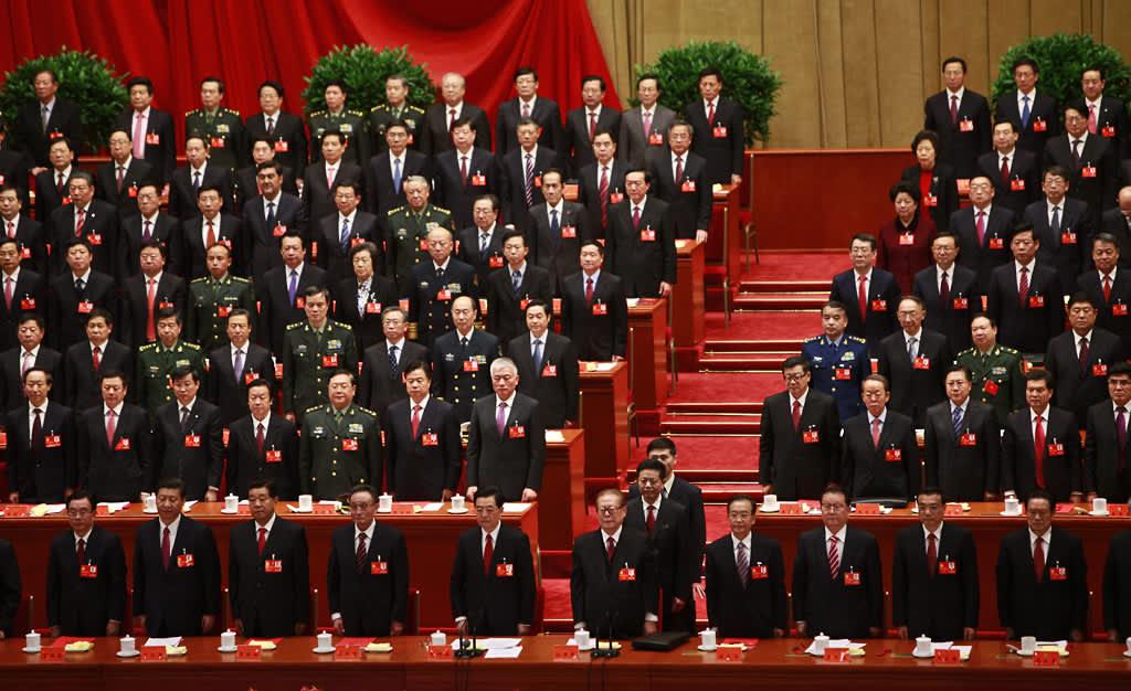 Kiinan kommunistisen puolueen johtajia puuoluekokouksen päätösseremoniassa.
