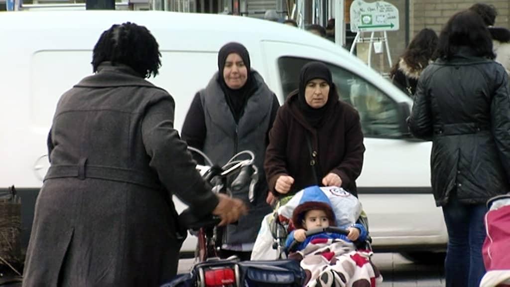 Maahanmuuttajanaisia kadulla.
