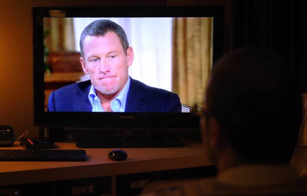 Televisiokatsoja seuraa Lance Armstrongin tunnustusta.
