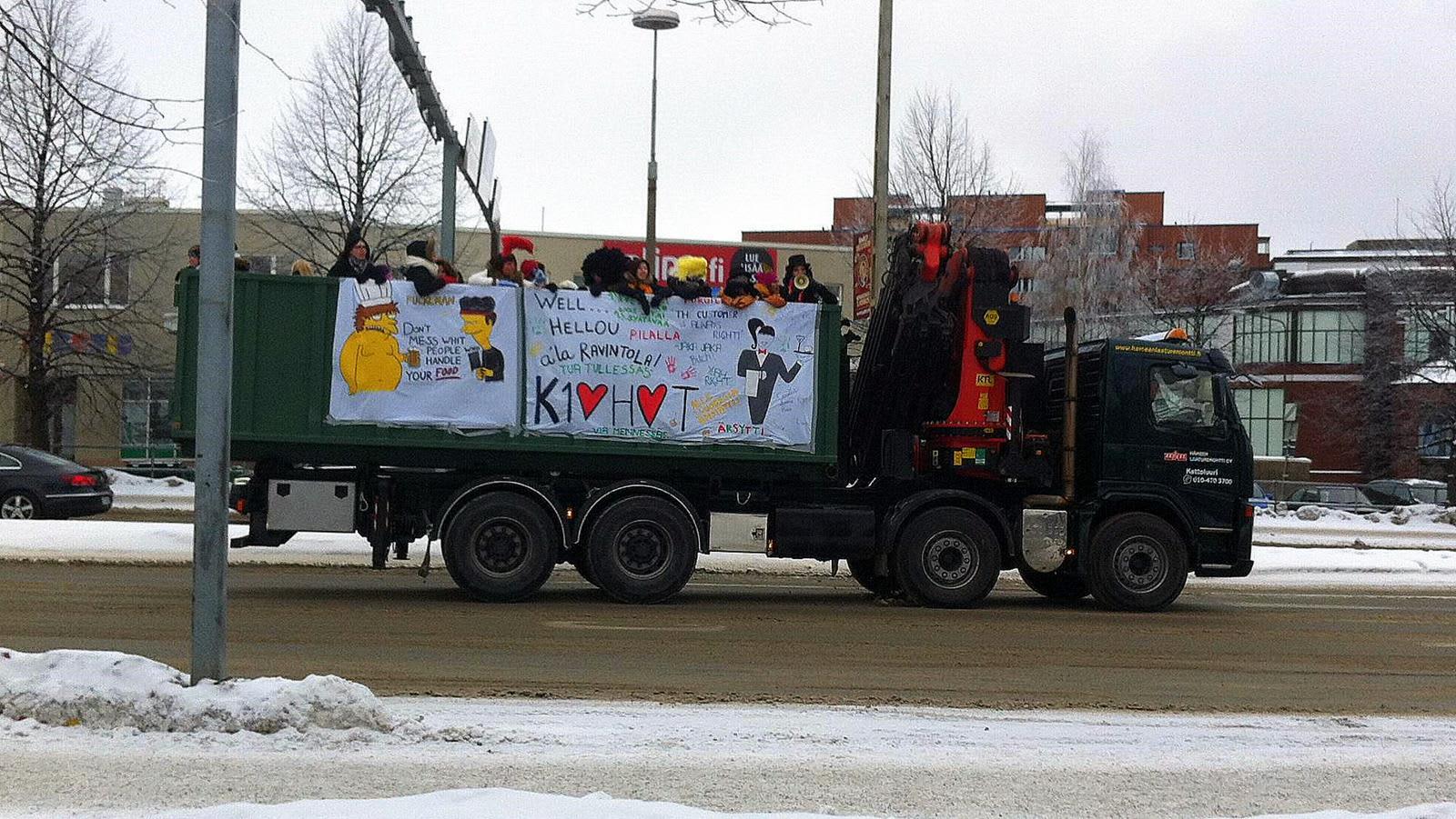 Opiskelijoita kuorma-auton kyydissä