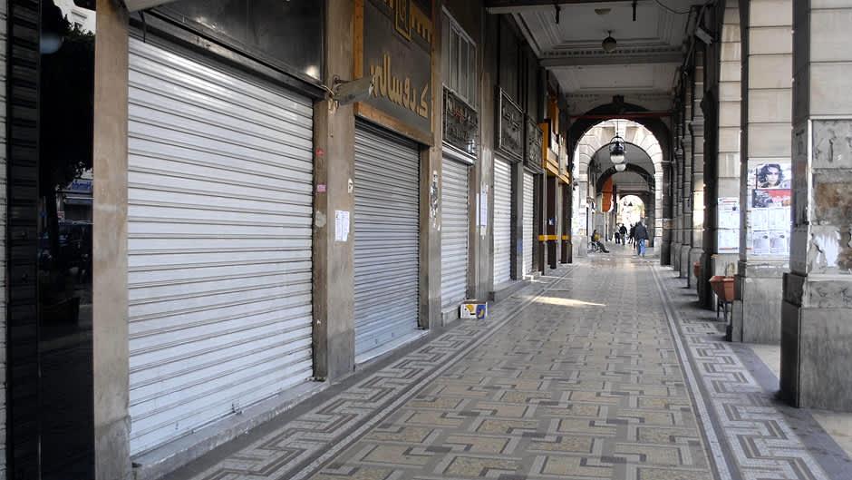 Kauppojen suljettuja säleovia kauppakujalla.