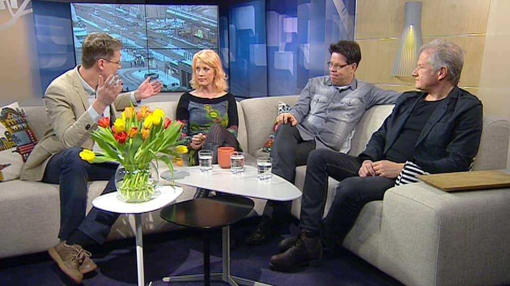 Kolme haastateltavaa sohvalla