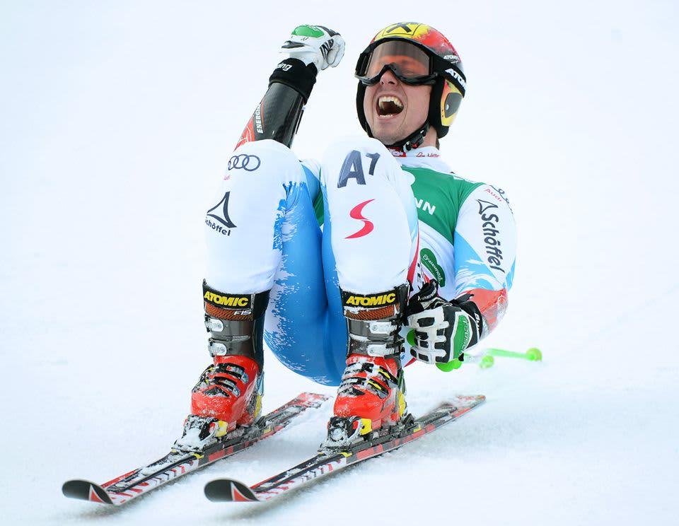 Itävallan Marcel Hirscher tuulettaa hopeamitaliaan