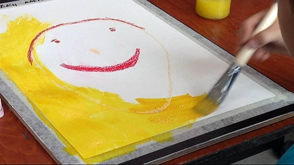 Lapsi maalaa taulua.