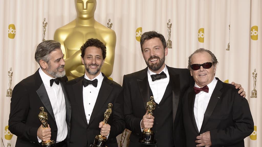Argon tuottajat George Clooney (vas.) ja Grant Heslov poseeraavat ohjaaja-näyttelijä Ben Affleckin kanssa Oscar-gaalassa 24. helmikuuta 2013. Kuvassa oikealla myös Jack Nicholson.