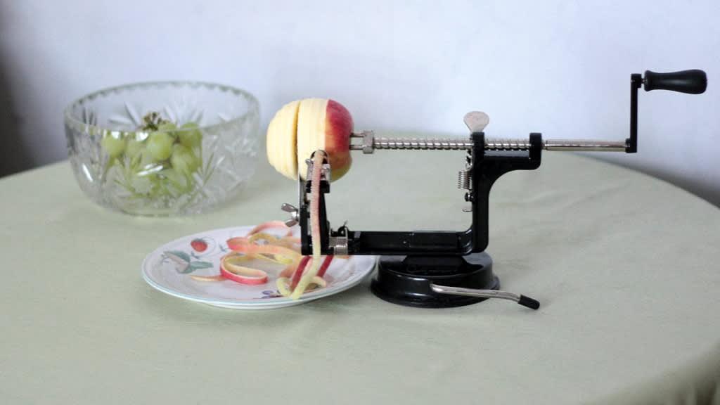 Omenasorvilla on kuorittu ja siivutettu omenaa