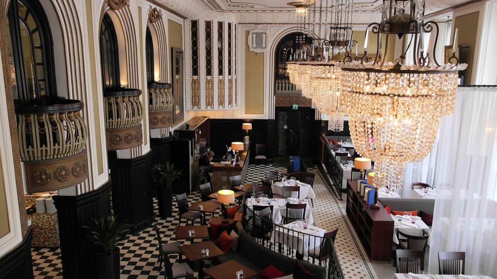 Hotelli Seurahuoneen ravintolasali.
