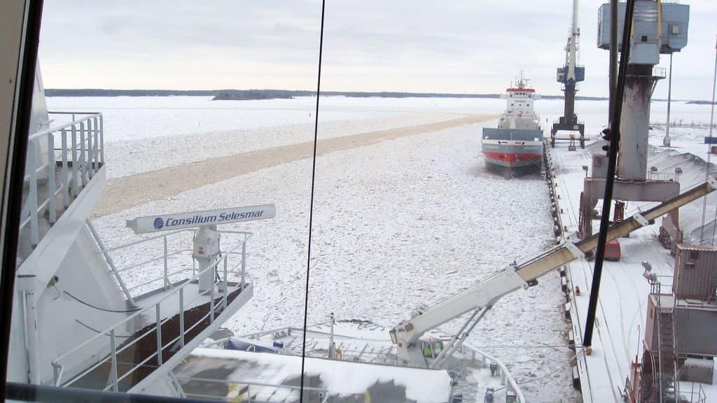 Näkymä Otso-jäänmurtajan komentosillalta Kokkalan satamaan.