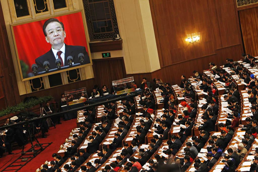 Wen Jiabao puhuu parlamentille.