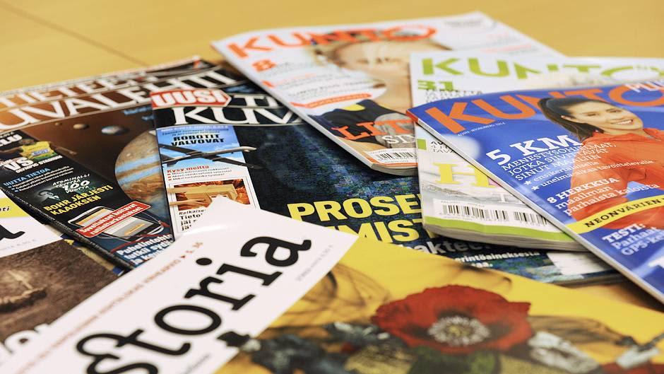 Lehtiä pinossa pöydällä.