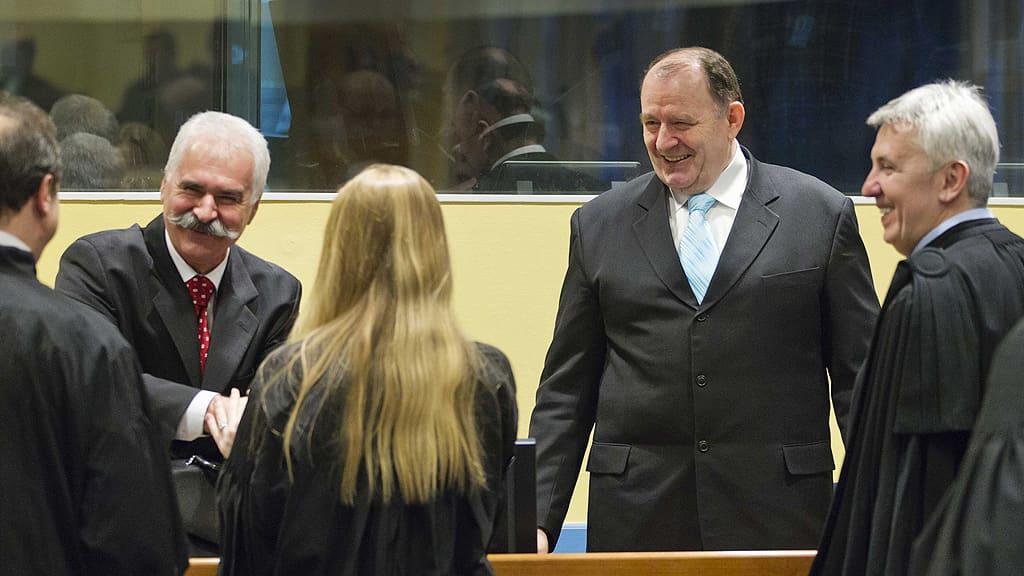 Krajinan serbitasavallan entinen poliisijohtaja Stojan Zupljanin ja Bosnian serbitasavallan sisäministeri Mico Stanisic tervehtivät asianajajiaan Jugoslavian sotarikoksia käsittelevässä tuomioistuimessa.