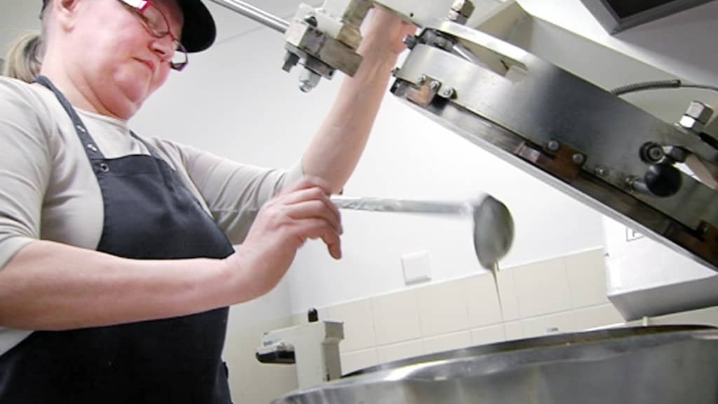 Nainen valmistaa ehtoollisleipää.