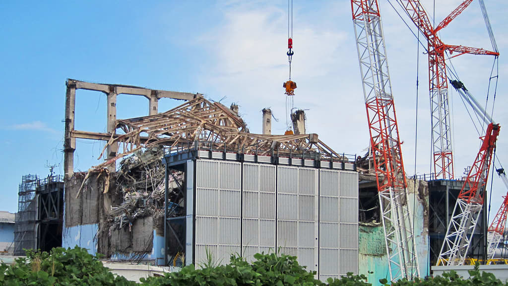 Fukushiman tuhoutuneen ydinvoimalan raunioita.