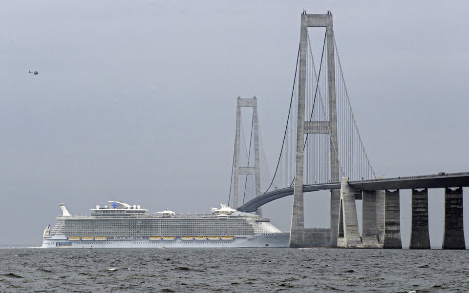 Risteilyalus ajamassa sillan alta.