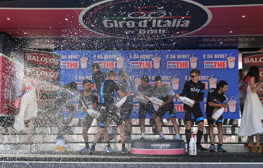 Sky-tallin ajajat ruiskuttavat samppanjaa ympäriinsä palkintokorokkeella.
