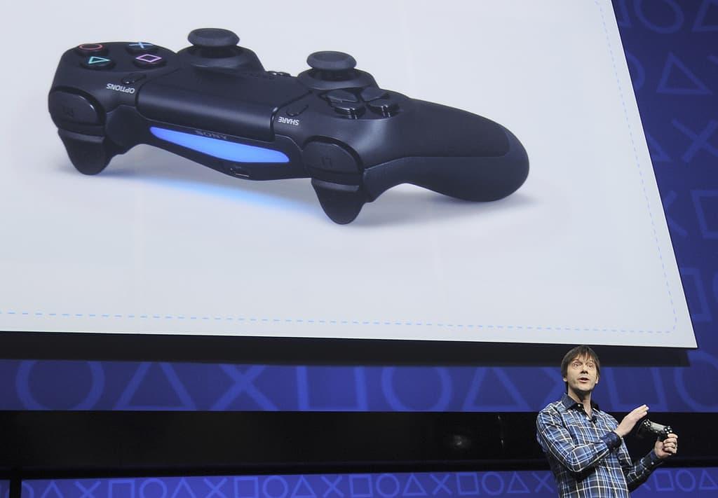 Pelisuunnittelija Mark Cerny esittelee uutta Playstation 4:n ohjainta konsolin julkistamistapahtumassa.