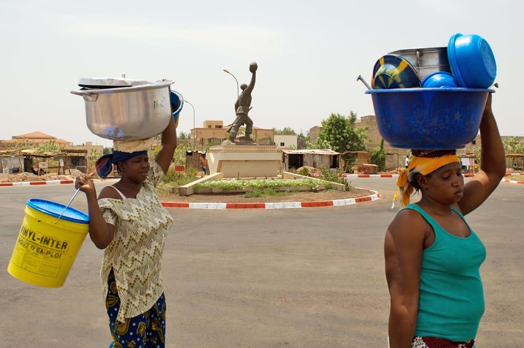 Kaksi naista kävelee Malin armeijan muistomerkin ohi Bamakossa.
