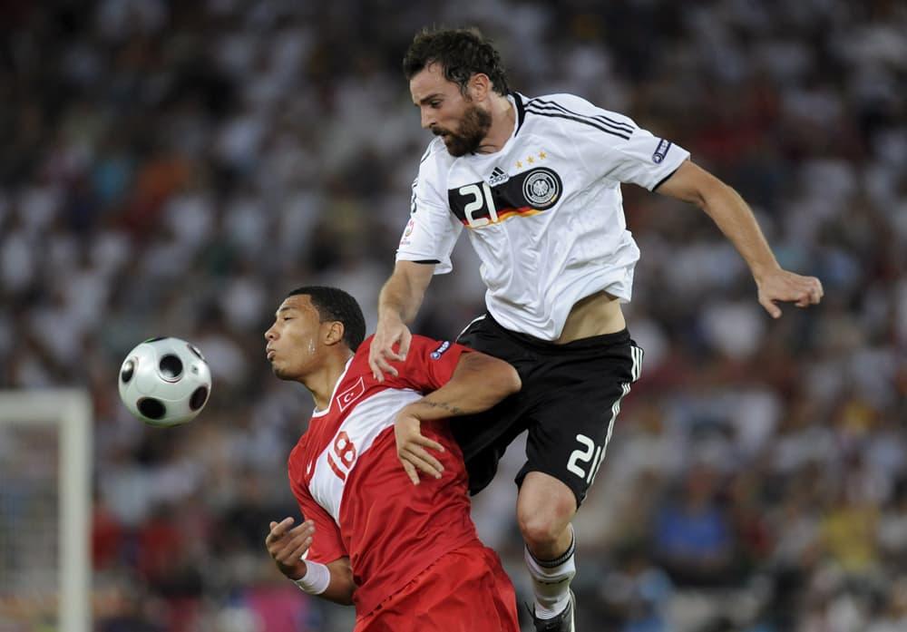 Turkin Kazim Kazim (vas.) ja Saksan Christoph Metzelder (oik.) tavoittelevat palloa.