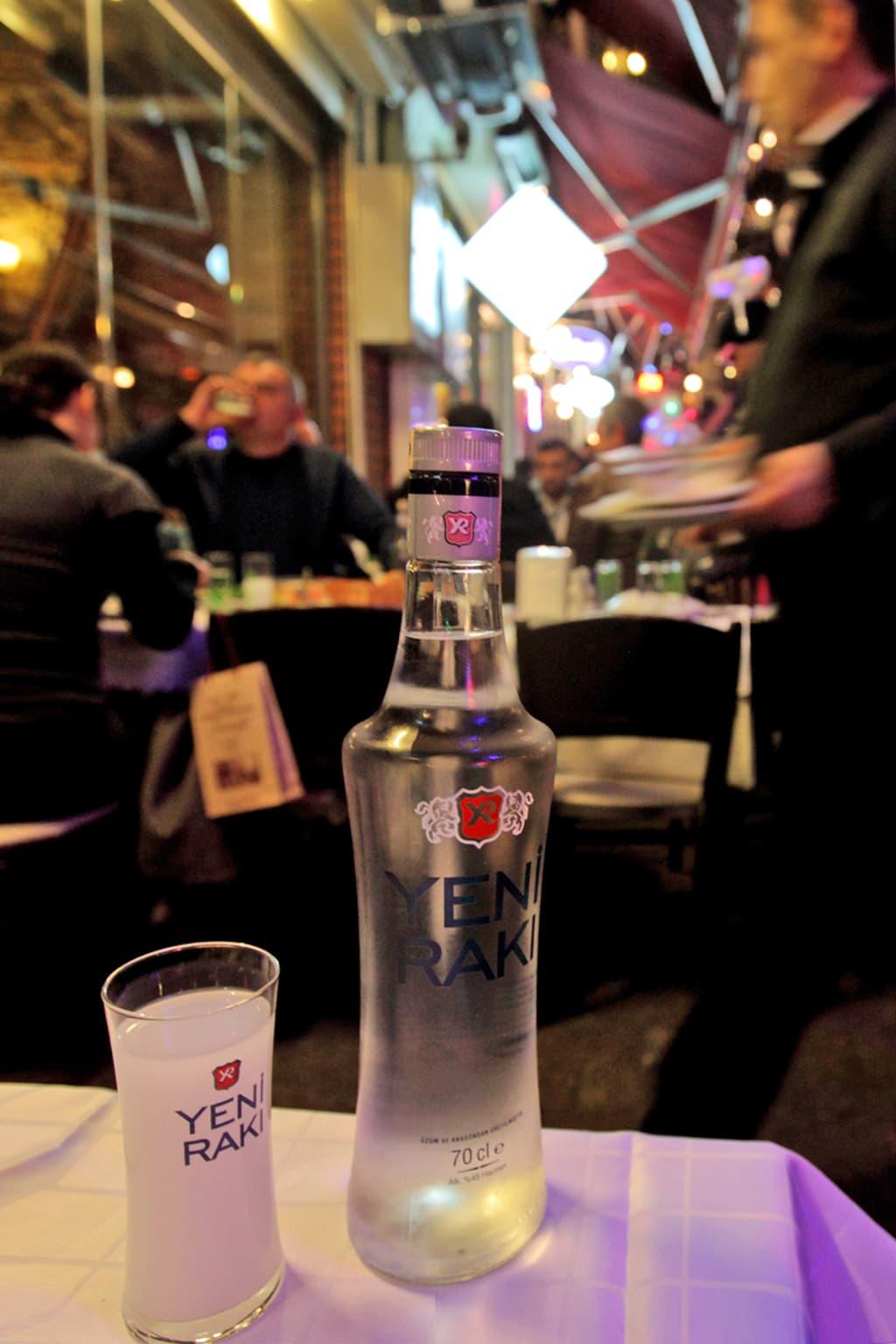 Viinapullo ravintolan pöydällä