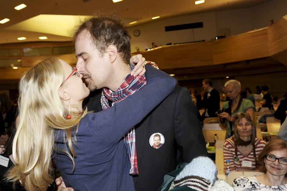 Sini Terävä onnittelee uudeksi puoluesihteeriksi valittua Lasse Miettistä vihreiden puoluekokouksessa Espoossa 25. toukokuuta.