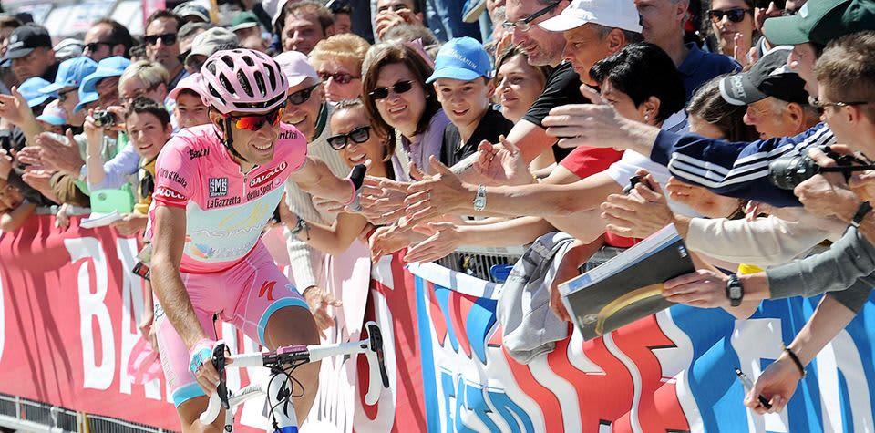 Italian Vincenzo Nibali ajaa yleisön vieressä.