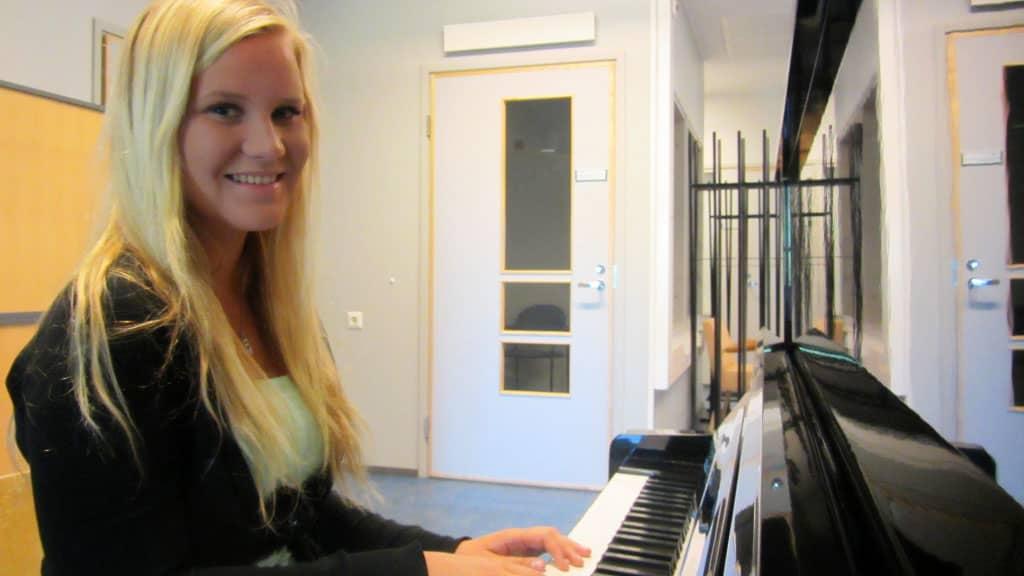 Jasmine Kinnari soittaa pianoa