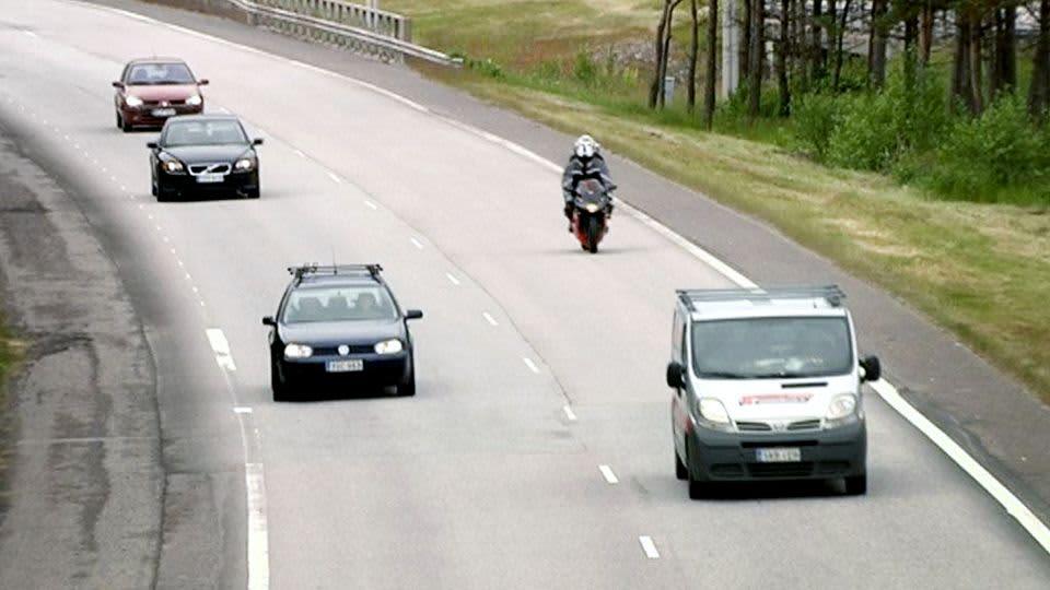 Liikennettä moottoritiellä.