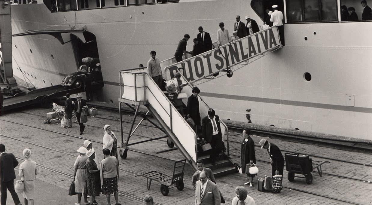 Höyrylaiva Boren matkustajia nousemassa maihin 60-luvulla.