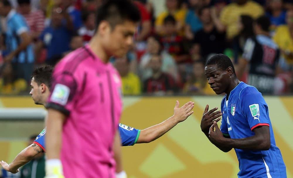 Italian Mario Balotelli vaatii palloa.