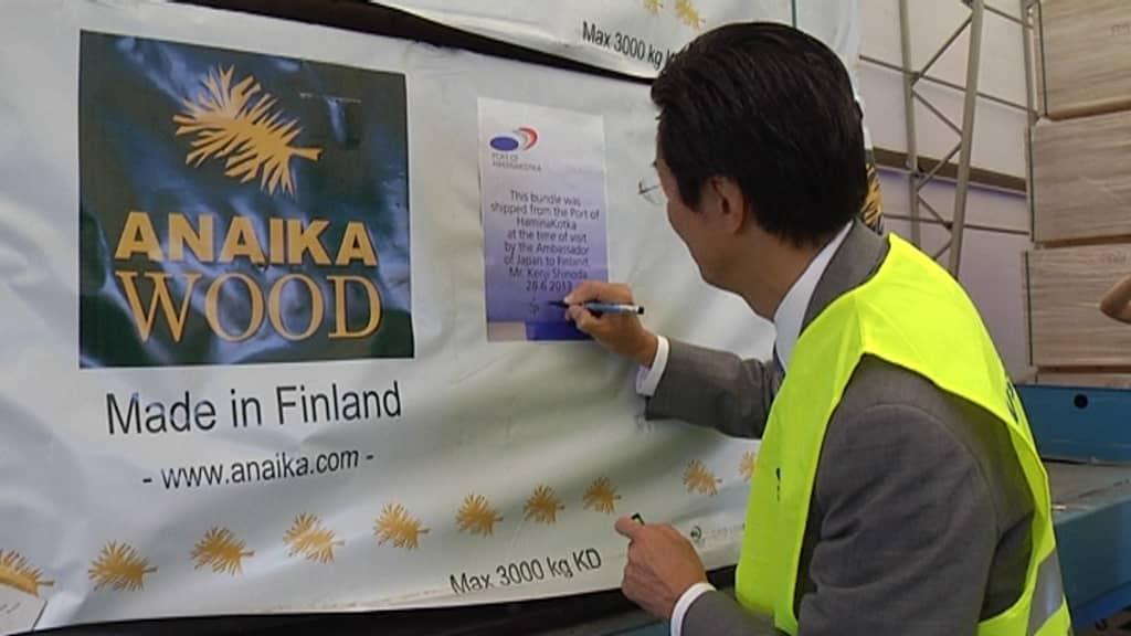 Suurlähettiläs Shinoda kirjoittaa nimikirjoitustaan