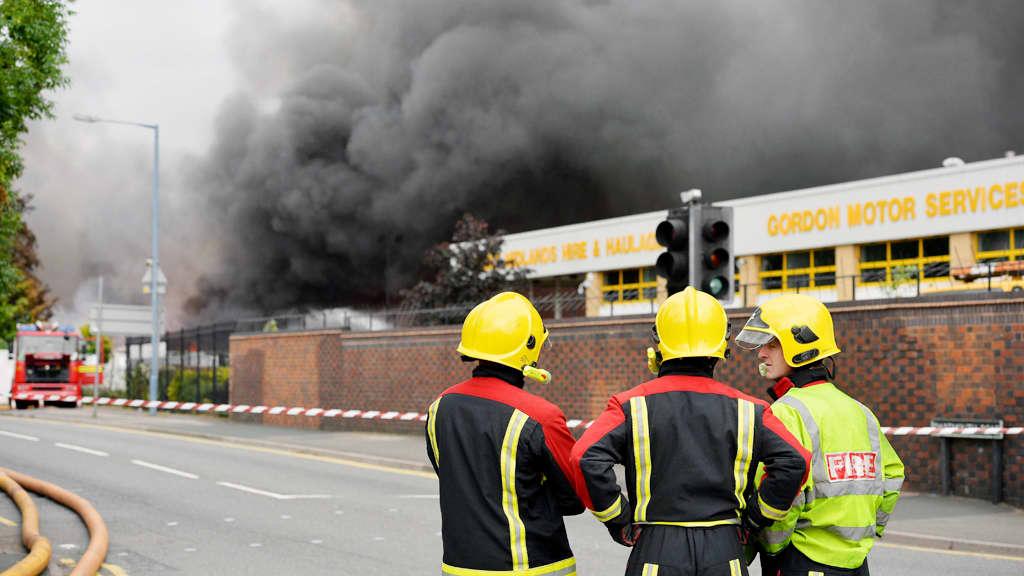 Palomiehet katsovat tulipaloa Smethwickissä.