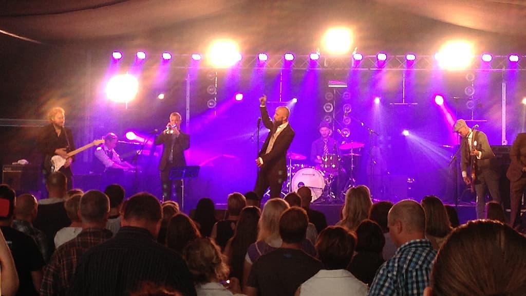 Vesterinen Yhtyeineen Tammerkosken Sillalla -festivaalin lavalla