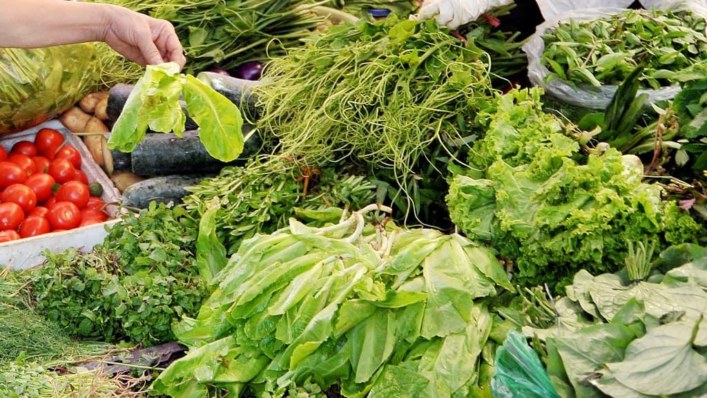 Vihanneksia toripöydässä.