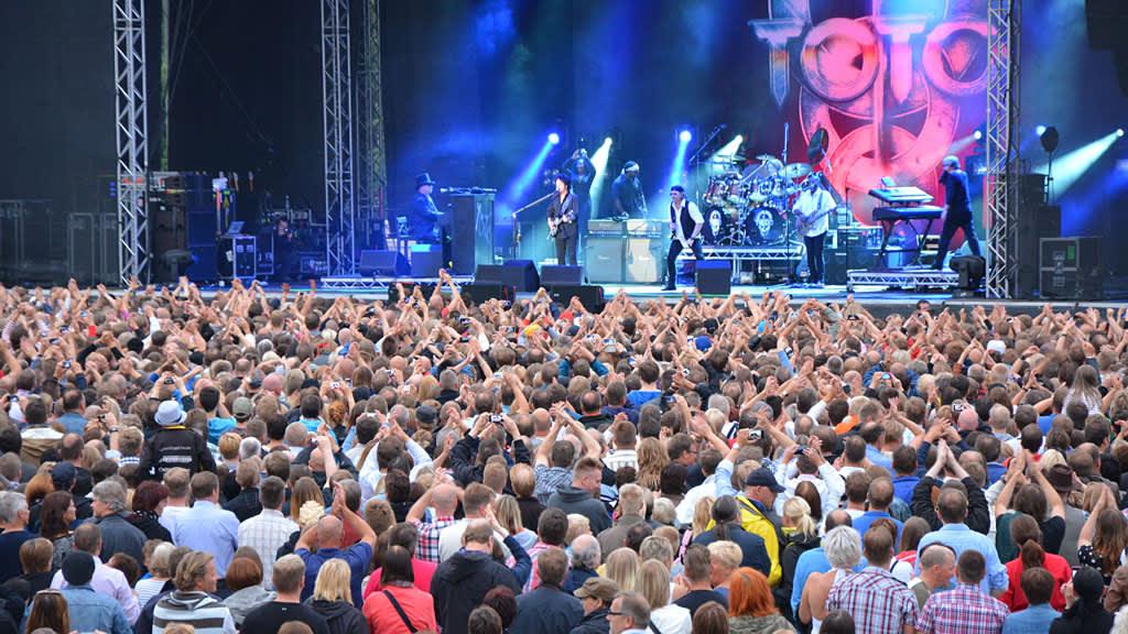 Kuvassa Toto konserttilavalla Pietarsaaressa 05.07.2013