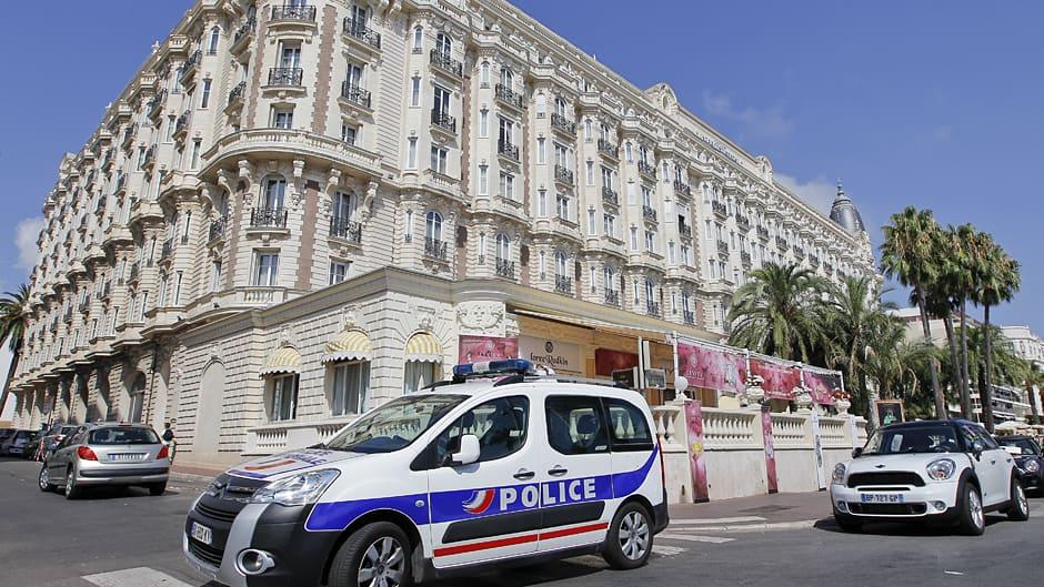 Poliisiauto Carlton hotellin edustalla.
