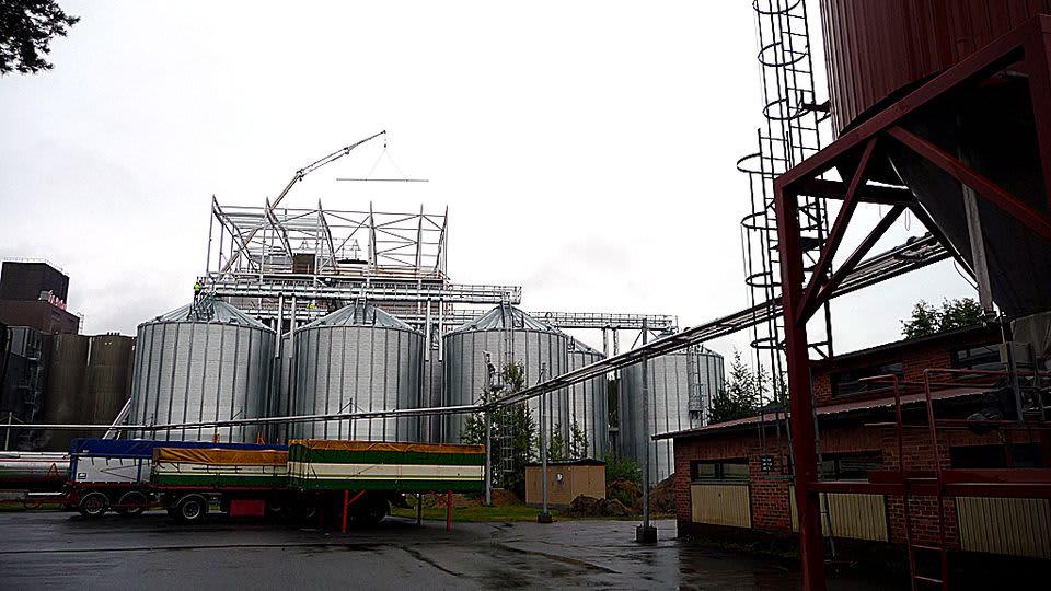 Rakenteilla oleva siipikarjarehutehdas Koskenkorvalla Ilmajoella.