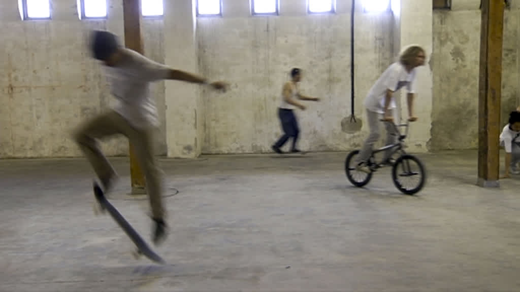 Skeittareita ja pyöräilijöitä