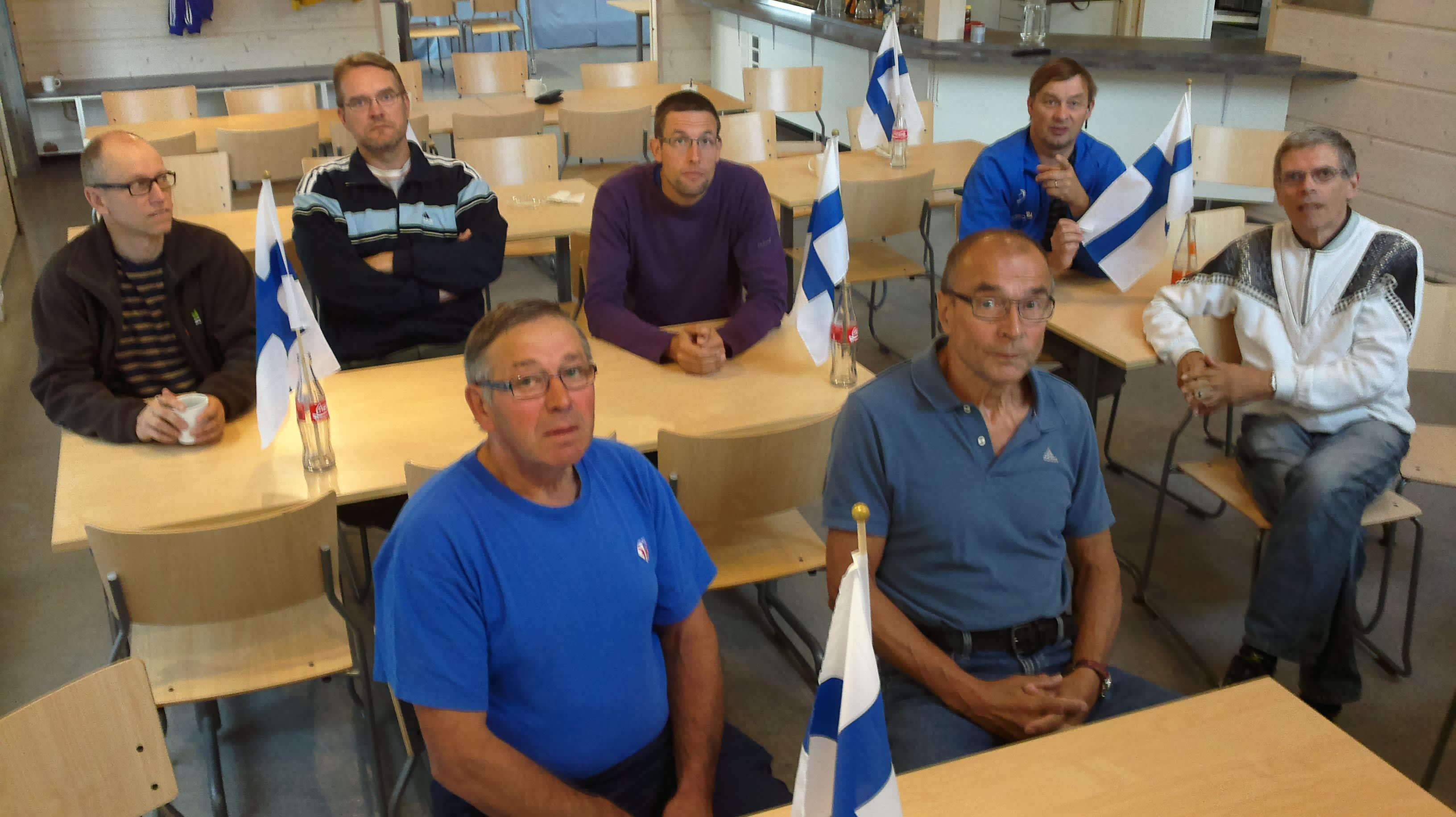 Jalasjärven Jalaksen väkeä kokoontui seuraamaan Jarkko Kinnusen suoritusta.