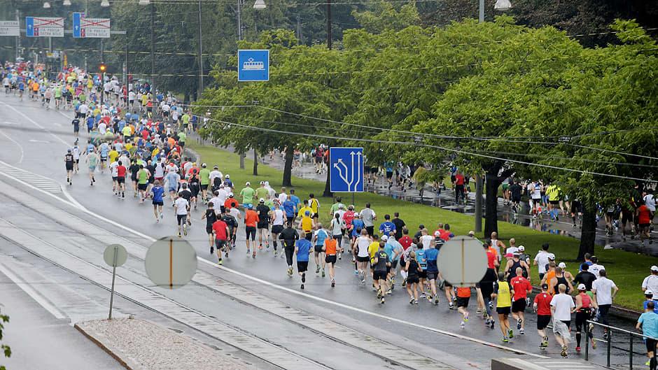 Juoksijoita kadulla.